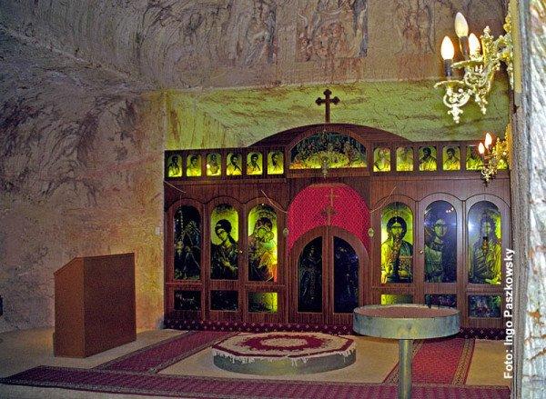 Selbst bei größter Hitze lässt es sich in den in Opal gehauenen Wohnungen gut aushalten. Sogar eine orthodoxe Kirche von serbischen Auswanderern in Stein gehauen, gibt es in der Opalstadt. Foto: Ingo Paszkowsky