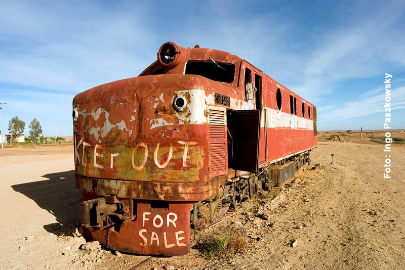 Ausgediehnte Lok. Früher zogen sie Waggons mit Vieh und Waren durch die Wüste; heute sind sie nur noch Schrott und Ausstellungsstücke in einem großen Freiluftmuseum in Marree. Foto: Ingo Paszkowsky