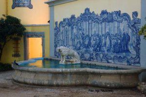 Überall sieht der Portugal-Besucher Fliesen, hier in einem Park in Cascais. Foto: Ingo Paszkowsky
