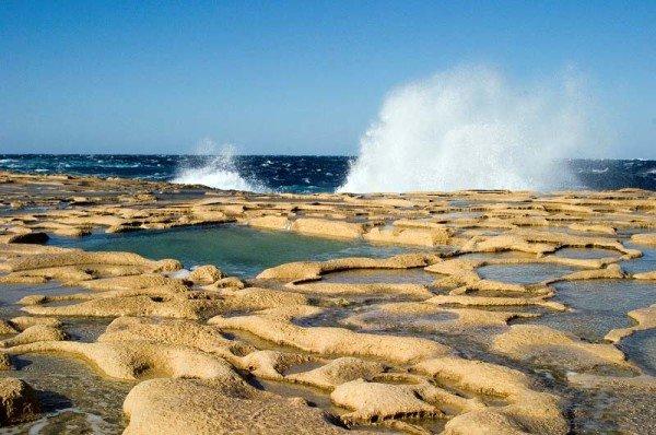 In den flachen Becken (Salzpfannen) wurde durch Verdunstung von Meerwasser Salz gewonnen / Foto: Ingo Paszkowsky