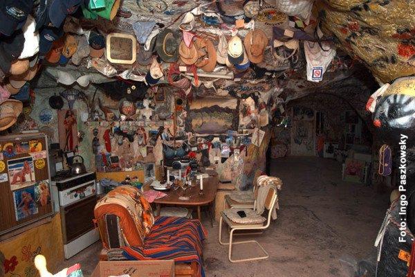 """Das war die """"Wohnung"""" von Crocodile Harry. Er war Krokodil- und Schürzenjäger, Souvenir- und Dessoussammler. Inzwischen ist er verstorben, aber seine in Stein gehauenen """"Gemächer"""" lassen sich noch besichtigen. Foto: Ingo Paszkowsky"""