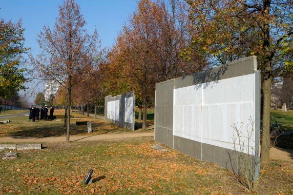 Mauerreste auf dem Invalidenfriedhof. / Foto: Ingo Paszkowsky