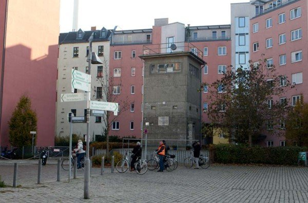 Ein Wachtum an der Spree in der Nähe der Invalidenstraße steht noch. / Foto: Ingo Paszkowsky