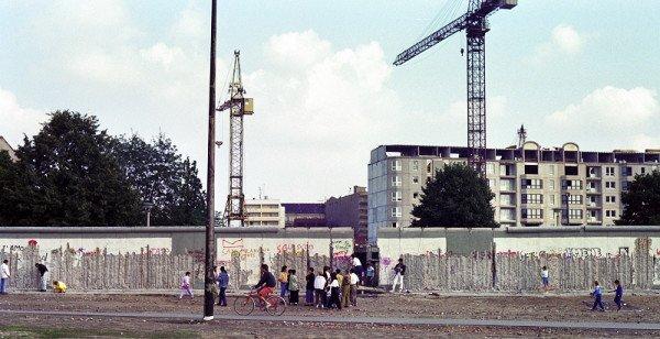 """Die Mauer musste weg und sieht """"angenagt"""" aus. / Foto: Ingo Paszkowsky"""