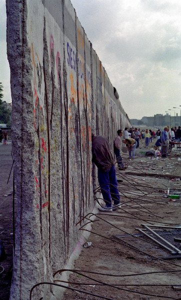 """Mauerreste in Berlin-Mitte nach der """"Wende"""" - Foto: Ingo Paszkowsky"""