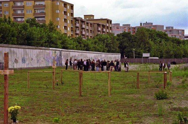 Ortsbesichtigung damals: Wie soll die Gedenkstätte Berliner Mauer in der Brunnenstraße gestaltet werden? / Foto: Ingo Paszkowsky