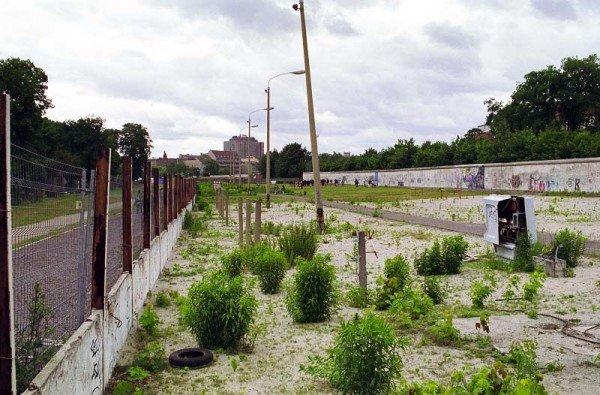 Der alte Strom-/Telefonkasten ist heute Bestandteil der Gedenkstätte Berliner Mauer in der Brunnenstraße. / Foto: Ingo Paszkowsky