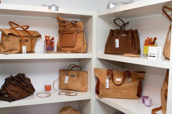 Reiseandenken gefällig? Taschen bei Cork & Co. in Lissabon. Foto: Ingo Paszkowsky