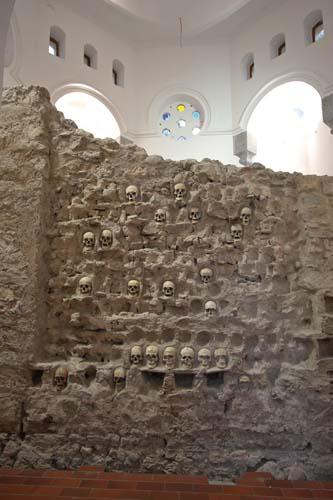 Der Schädelturm Cele Kula ist eindrucksvolles Zeugnis des jahrhundertelangen Ringens von Osmanen und Serben um die Herrschaft über Niš. Foto: NTOS