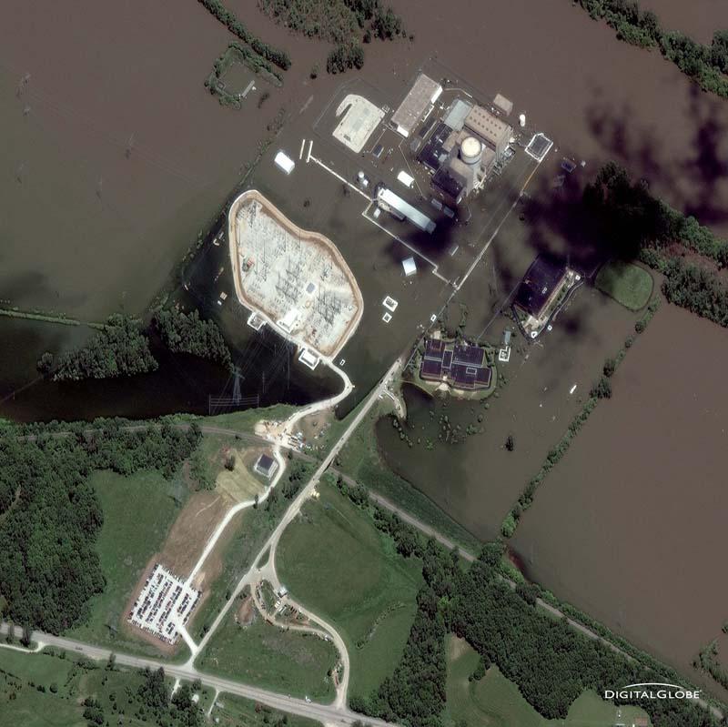 Standortfehler - Kernkraftwerk unter Wasser. Das Kernkraftwerk Fort Calhoun im US-Bundesstaat Nebraska liegt direkt am Missouri River, einem Nebenfluss des Mississippi, und ist gegen Überschwemmungen nicht ausreichend geschützt. Im Juni 2011 - die Aufnahme ist vom 28. Juni 2011 - bedrohte die Flut den sensiblen Bau. Foto: DigitalGlobe