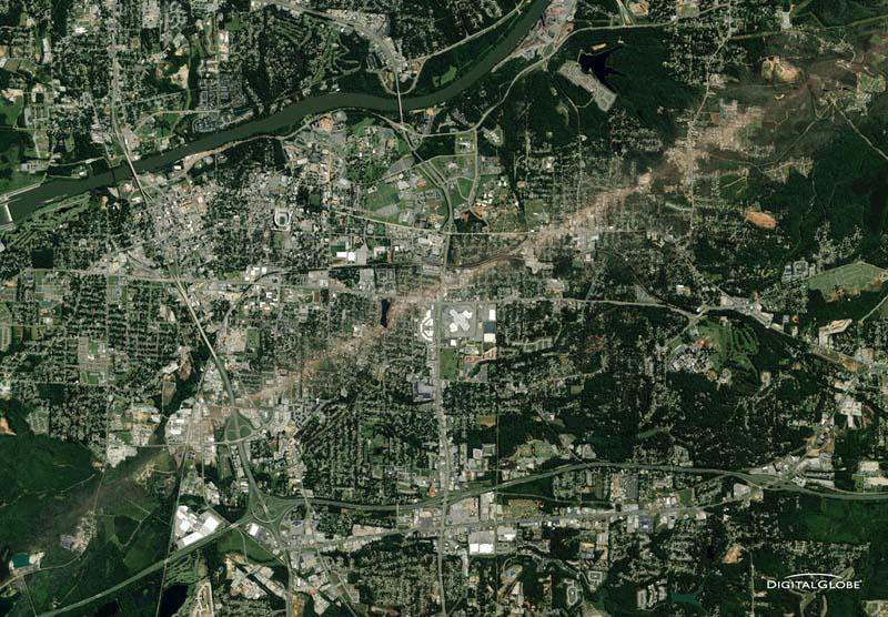 Ein Tornado hat in Tuscaloosa, Alabama, USA, eine Schneise der Verwüstung hinterlassen. Wie ein gigantischer Trampelpfad sieht die Spur aus. Die Aufnahme stammt vom 29. April 2011. Foto: DigitalGlobe