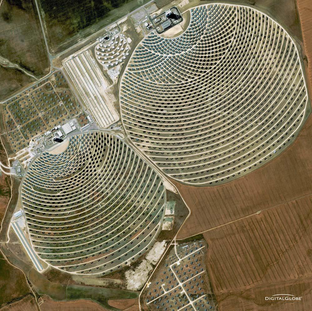 Solarturmkraftwerke PS10 und PS20 in der Nähe von Sevilla, Spanien. Die Aufnahme entstand am 30. Mail 2009. Foto: DigitalGlobe