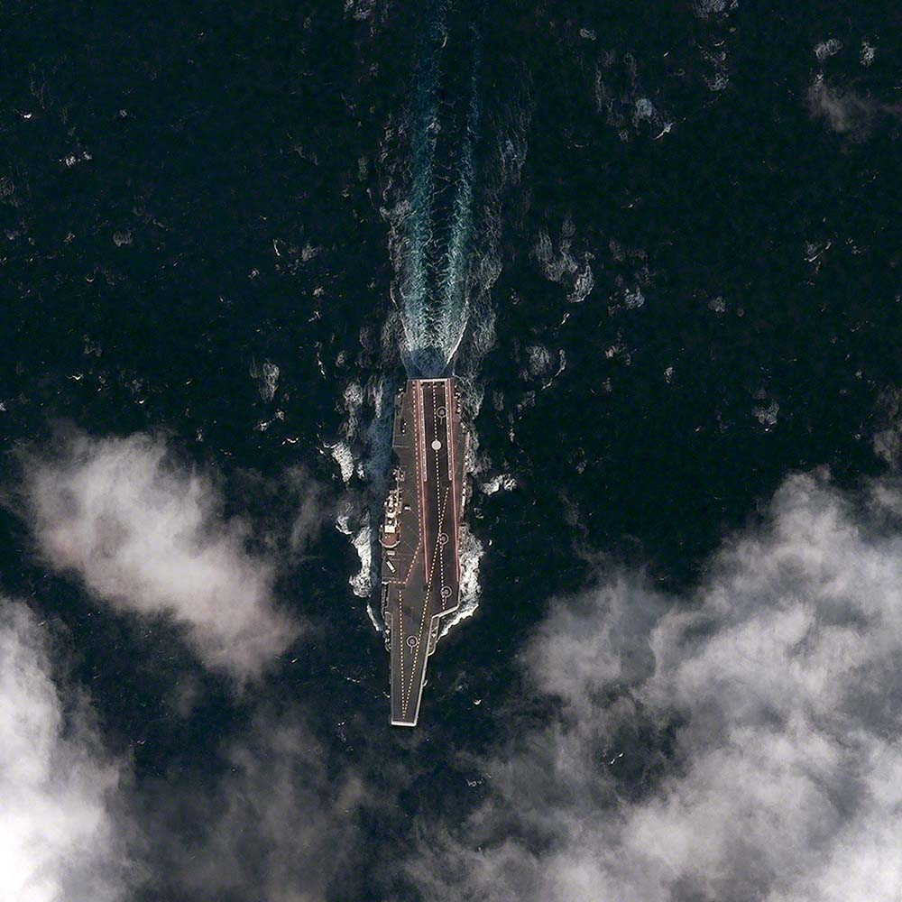 Der Flugzeugträger Shi Lang von der Marine der chinesischen Volksbefreiungsarmee während seiner zweiten Testfahrt im Gelben Meer ungefähr 100 Kilometer süd-südost vom Hafen Dalian. Das rund 300 Meter lange Schiff ist der erste Flugzeugträger Chinas. Peking hat ihn von der Ukraine erworben. Es gehört zur Admiral-Kusnezow-Klasse. Foto: DigitalGlobe