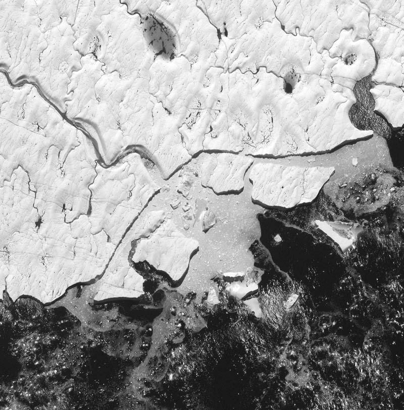 Der Petermann-Gletscher liegt im Nordwesten Grönlands und umfasst etwa 1300 Quadratkilometer. Am 4. August 2010 erlangte der Gletscher internationale Aufmerksamkeit, als es an seiner Zunge zum größten Eisabbruch der in der Arktis seit 1962 kam. Ein 260 Quadratkilometer großer Eisberg - das ist mehr als die dreifache Fläche des Chiemsees - brach von der Eiszunge ab und driftete ins offene Meer. Diese Aufnahme stammt vom 4. August 2011 und ist damit nahezu ein Jahr später entstanden. Foto: DigitalGlobe