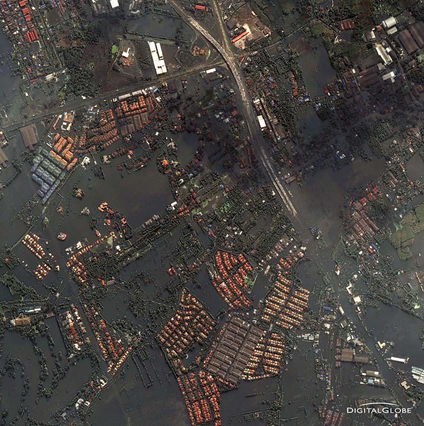 Bangkok, Thailand am 24. Oktober 2011. Anwohner packen ihr Hab und Gut auf Autos und parken auf diese zum Schutz vor den Fluten auf höheren Stellen der Straßen. Foto: DigitalGlobe