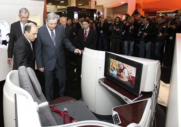 Der Regierende Bürgermeister von Berlin, Klaus Wowereit, testet auf der ITB 2012 das Entertainment-System der neuen Boeing 787-Sitze. Foto: Qatar Airways