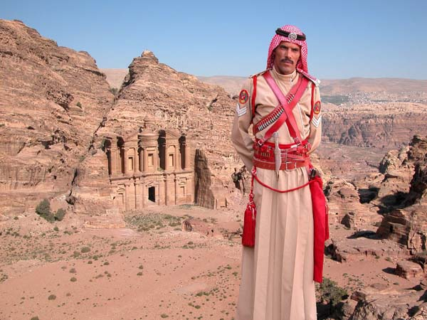 """Die antike Stadt Petra im Süden des Landes gehört zu den Nationalschätzen Jordaniens. Sie wird häufig als achtes Weltwunder bezeichnet, ist UNESCO-Weltkulturerbe und die bei weitem bekannteste Touristenattraktion des Landes. Im Hintergrund das sogenannte Kloster (""""ad-Deir"""") aus dem ersten Jahrhundert, das man über mehr als 800 aus dem Fels gehauene Stufen erreicht. Foto: Jordan Tourism Board"""