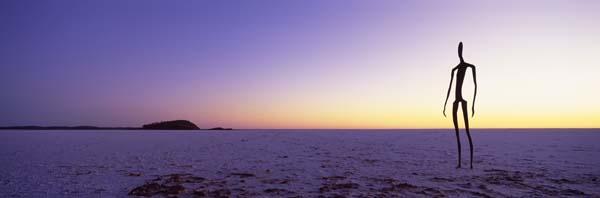 """Sieht nach Außerirdischen aus, ist aber die Dauerausstellung """"Inside Australia"""" mit 51 Stahlfiguren, die auf einer Fläche von zehn Quadratkilometern auf dem Bett des Salzsees Lake Ballard nahe Kalgoorlie aufgestellt wurden. Einwohner des benachbarten Ortes Menzies haben dem britischen Künstler Antony Gormley dafür Modell gestanden. Foto: WAT"""
