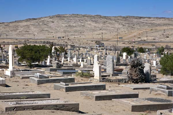 Der Friedhof von Lüderitz wartet mit Kunstwerken als Begräbnisstätten auf. Foto: Ingo Paszkowsky
