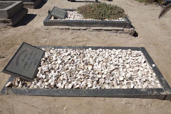 Manche Gräber sind mit Muscheln abgedeckt. Foto: Ingo Paszkowsky