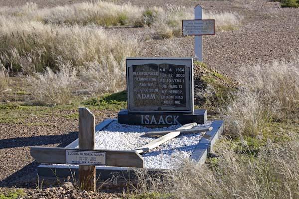 Holzkreuze dominieren auf diesem Friedhof an der Straße B1, Gedenksteine sind eher die Ausnahme. Foto: Ingo Paszkowsky