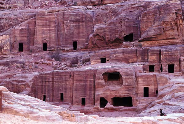 Bei verschiedenen Wanderungen und Aufstiegen können die zahlreichen Felsengräber und Tempelfassaden, Totenhallen und Felsreliefs bewundert werden. Foto: JTB