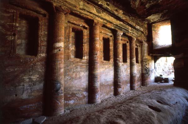 Die Häuser in der antiken Stadt Petra wurden größtenteils durch Erdbeben zerstört, aber die rund 500 in den Fels gehauenen Gräber überdauerten die Jahrhunderte. Foto: JTB
