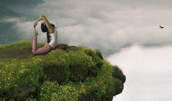 Zugegeben, diese Yoga-Übung an diesem Ort sieht sehr anmutig aus, ist aber eventuell doch zu gewagt auf diesem Felsvorsprung. Foto: http://www.incredibleindia.org