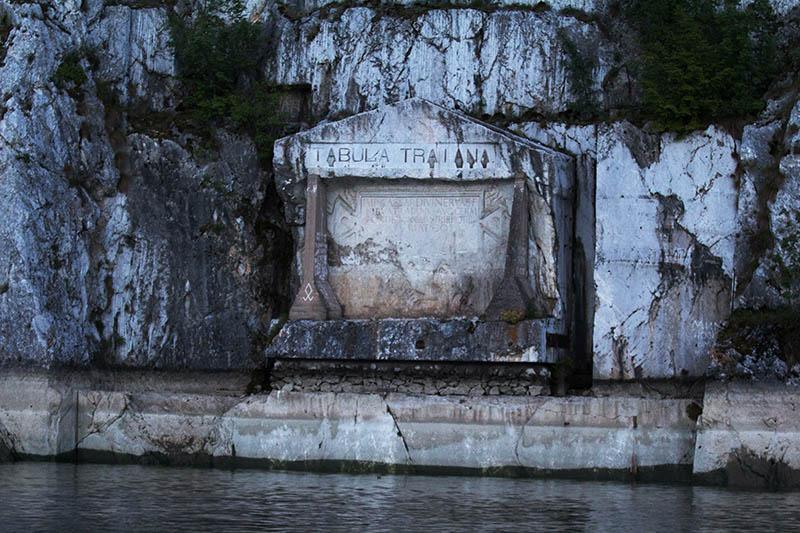 Tabula Traiana - Diese in Stein gemeißelte Tafel im Nationalpark Đerdap in der Nähe des Durchbruchtals Eisernes Tor ist dem römischen Kaiser Trajan gewidmet, der 100 n. Chr. eine Straße entlang der Donau baute und eine Brücke über die Donau errichten ließ. Leider eine Aufnahme kurz vor Dunkelheit. Foto: Ingo Paszkowsky