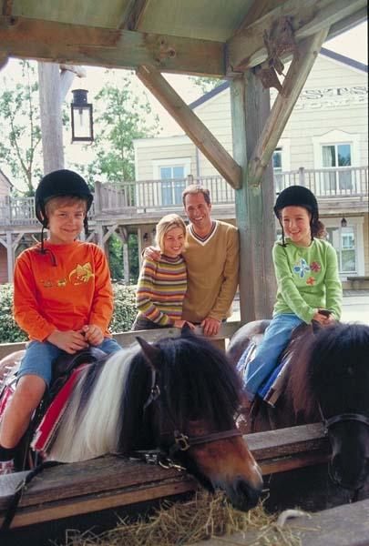 Zum Disney's Hotel Cheyenne gehört ein Indianerdorf und es gibt die Möglichkeit zum Ponyreiten. Foto: Disney