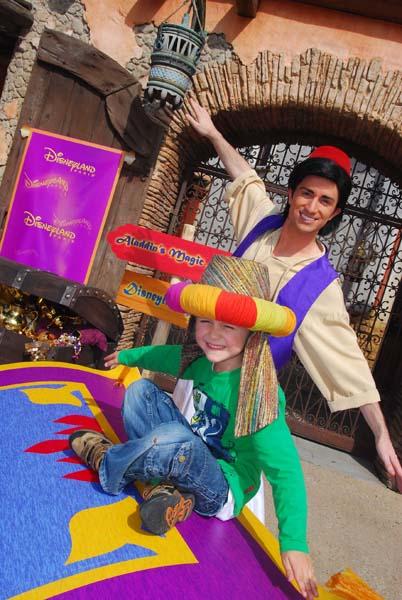 Aladdin - für das Foto hat er seine Wunderlampe aus der Hand gelegt. Foto: Disney