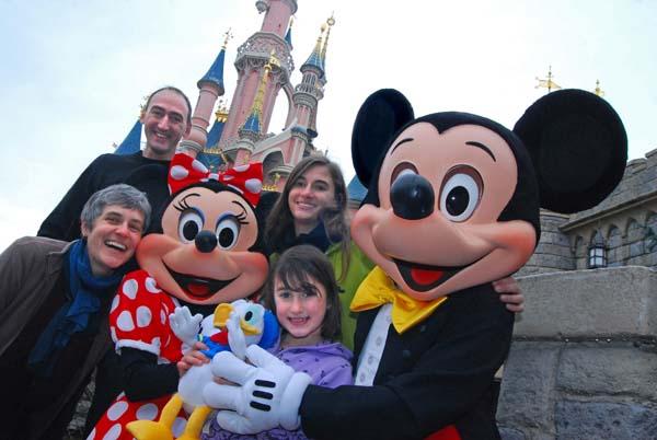 Familie Hauck-Rettenbacher mit den Töchtern Lina und Frida...und natürlich Minnie und Micky Maus. Foto: Disney