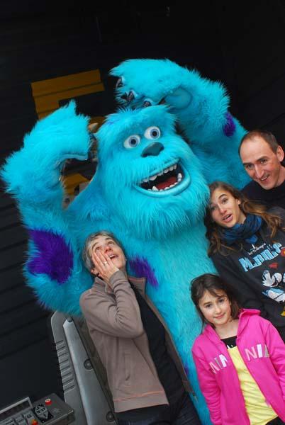 ...und mit Monstern kuscheln. Foto: Disney