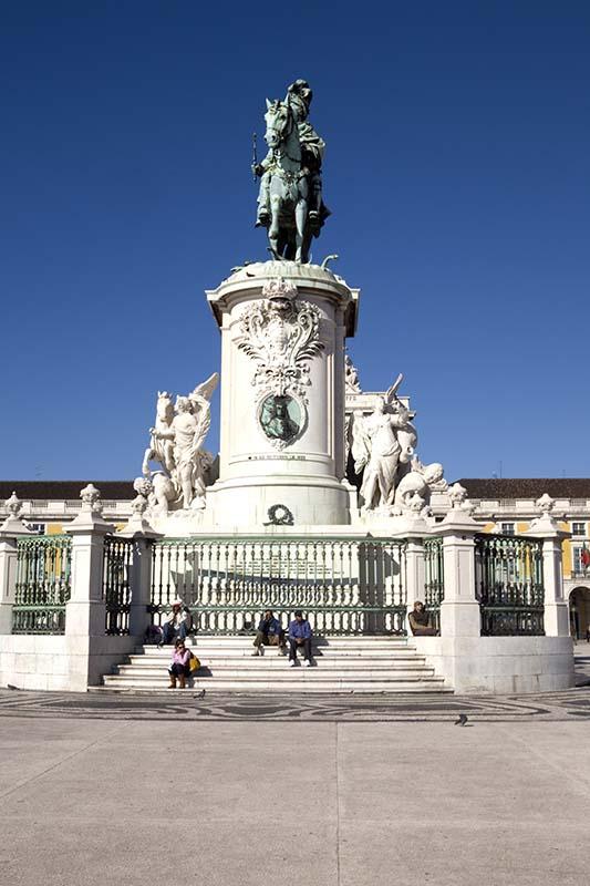 In der Platzmitte des Praça do Comércio befindet sich das Reiterstandbild von Jose I., ein Werk von Machado de Castro. José sieht auf den Tejo. Foto: Ingo Paszkowsky