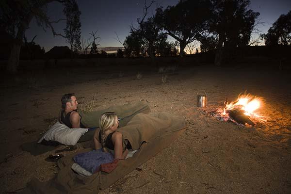 Nicht mein Fall, aber für Hardcore-Outback-Fans - Schlafen im Swag. Foto: Wayoutback Desert Safaris