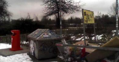 Hier die Generation 2013 - neue Müllbehälter für den Mauerpark. Als traue man dem Braten noch nicht, stehen den orangenen Untergrund-Schluckern altbewährte Überlandcontainer zur Seite. Foto: Beate Lemcke