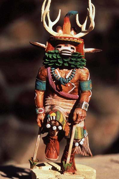 Kachina-Puppe. Kachinas werden als transzendentale Wesen begriffen, die sowohl Vorfahren, Tiere, Orte, Eigenschaften und Naturphänomene und Elemente wie Wasser und Wind repräsentieren. Foto: AOT