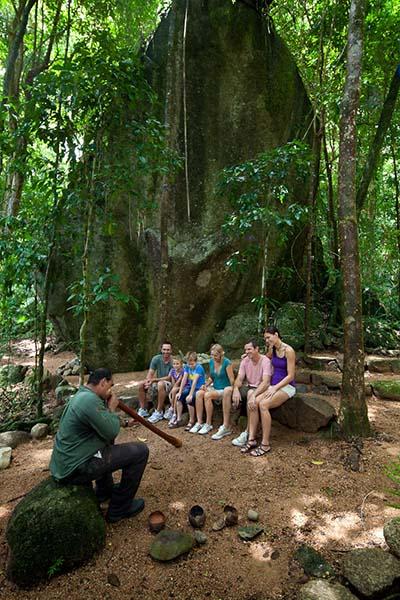 Die Gäste besuchen auch heilige Zeremonienplätze, begleitet von den Klängen von Didgeridoo und Klangstäben. Foto: http://www.queensland-australia.eu/de