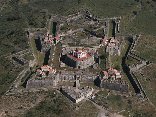 Sehenswert sind vor allem die Festungen Castelo de Elvas, Forte de Santa Luzia sowie Forte da Graça (im Bild). Foto: Turismo de Portugal