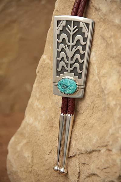 Zur Kunst der Hopi-Indianer gehören Silberschmiedearbeiten, geschnitzte Kachina-Puppen, Korbflechtarbeiten und Getöpfertes. Foto: AOT