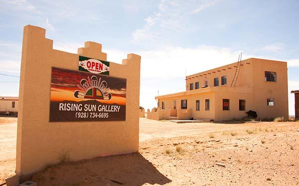 Der Pfad beginnt am Hotel Moenkopi Legacy Inn & Suites in Tuba City und folgt dann in südöstlicher Richtung dem Verlauf des Highway 264. Foto: AOT