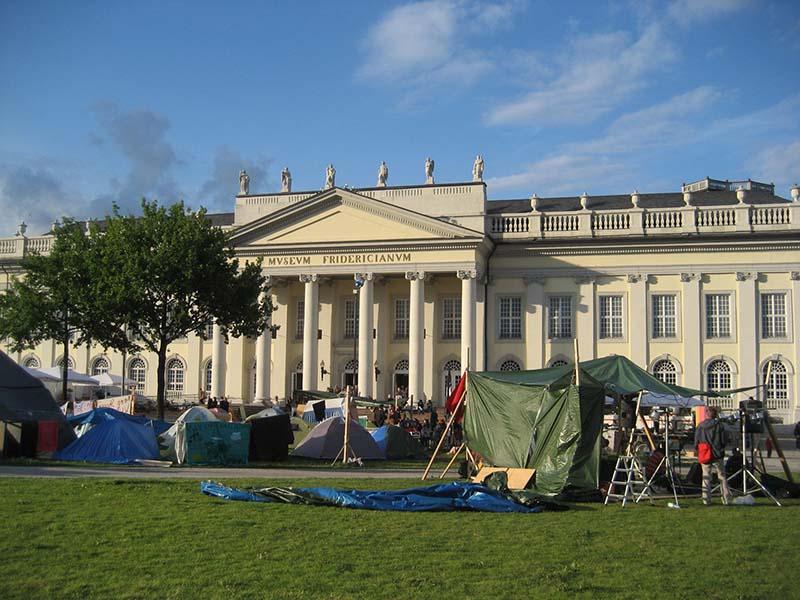 Nicht auf Konfrontationskurs - draußen Occupy, drinnen Kunst. Foto: Beate Lemcke