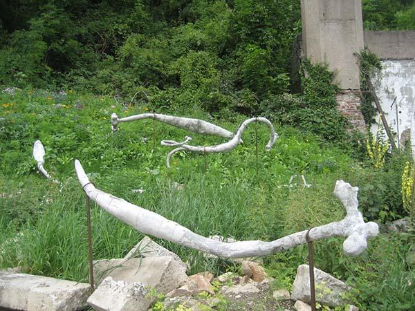 Skulpturen von Adrián Villar Rojas auf den Weinbergterrassen. Foto: Beate Lemcke