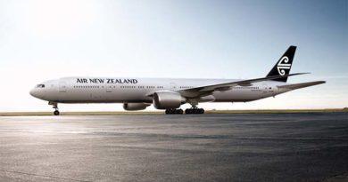 Die Heckflosse aller neuen Maschinen wird künftig die schwarze Farbe tragen. Gleichzeitig wird der Schriftzug Air New Zealand modernisiert. Foto: Air New Zealand