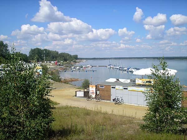 Schon etabliert am Geierswalder See sind Campingplatz, Marina... Foto: Günter Knackfuss