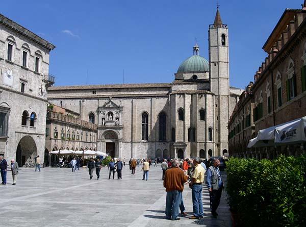 Ascoli Piceno mit der wohl schönsten italienischen Piazza. Foto: Spezialreisen Ulla Kastner