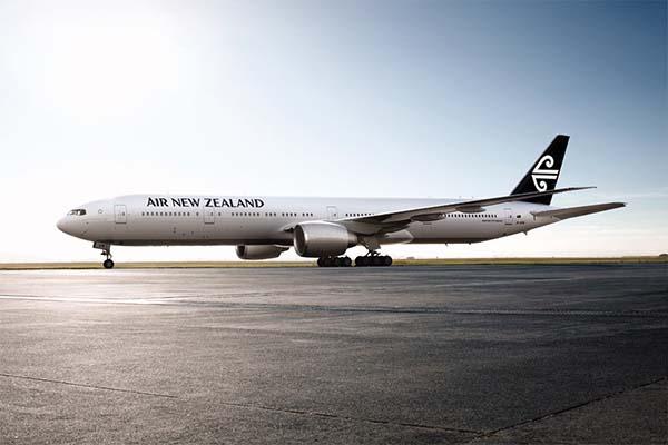 Die Flugzeuge der Air New Zealand bekommen ab dem nächsten Jahr eine neue Lackierung. Zukünftig wird die Heckflosse aller neuen Maschinen eine schwarze Farbe tragen. Gleichzeitig wird der Schriftzug Air New Zealand modernisiert. Foto: Air New Zealand