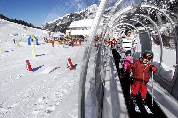 Zur Abfahrt für die Kids geht es einfach und sicher mit dem 40 Meter langen «malbi-Teppich», einem Förderband der neuesten Generation. Foto: Liechtenstein Marketing