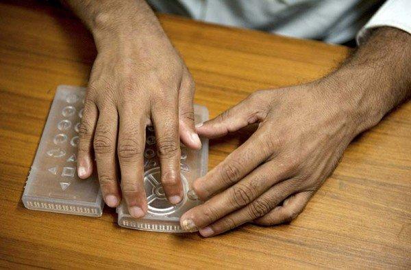 Sumit Dagar (29) aus Indien will, dass die Millionen Blinden in Indien stärker in die Gesellschaft eingebunden werden, indem sie durch ein Smartphone mit Braille-Display, das ihren örtlichen Gegebenheiten entsprechend konzipiert wird, die Vorteile des digitalen Zeitalters nutzen können. Foto: Rolex Awards / Ambroise Tézenas