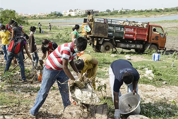 Arun Krishnamurthy (25) aus Indien ermutigt Studierende und freiwillige Gemeindemitglieder, stark verschmutzte städtische Seen in Chennai zu säubern und zu renaturieren. Anschließend will er die Säuberung weiterer städtischer Gewässer in der Region in Angriff nehmen. Foto: Rolex Awards / Stefan Walter